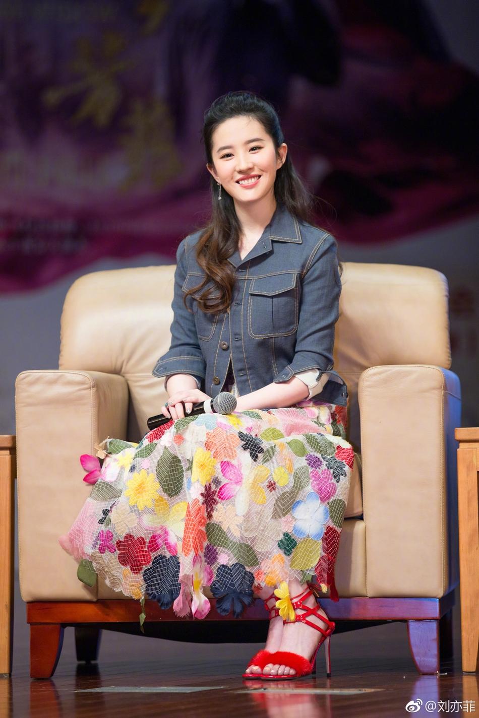 刘亦菲穿碎花裙