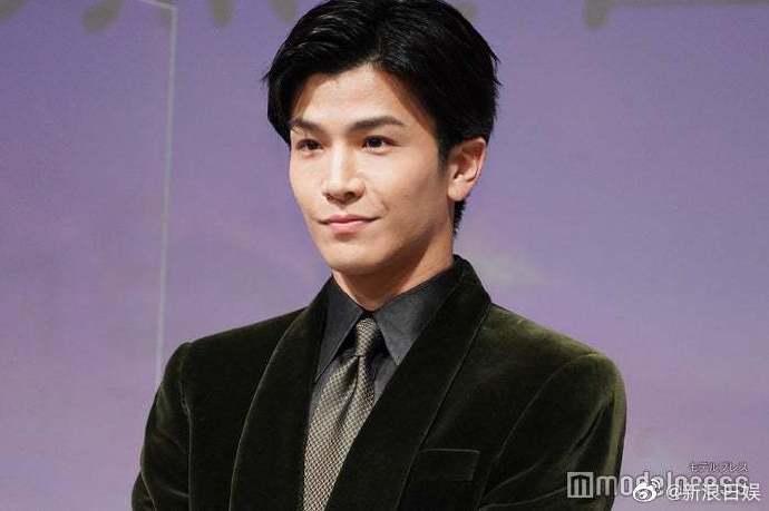 岩田康战参加电影活动现场 写毛笔字 受到了很多人的称赞