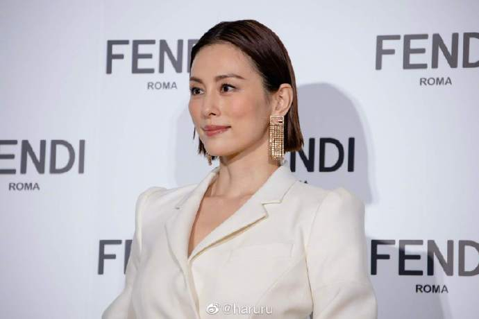 美昌良子参加了名牌大使活动 在白色外套上露出了高贵感