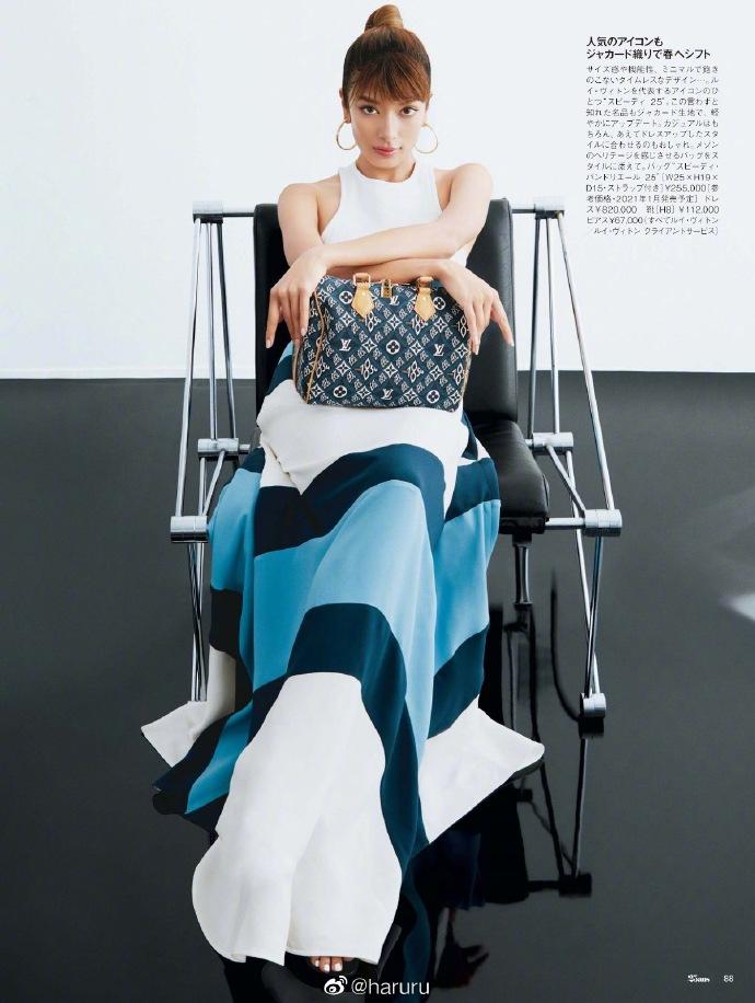 日本模特ROLA拍摄了一本杂志 里面有大量展示异国风情