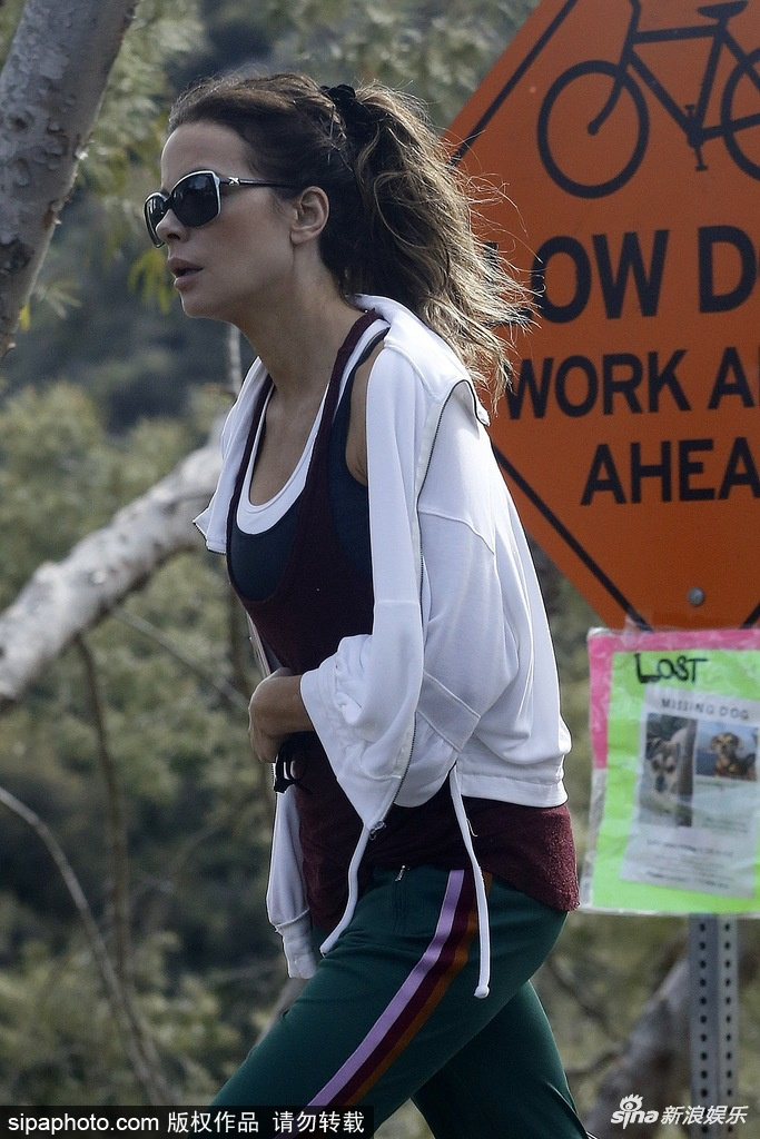 组图:女星凯特·贝金赛尔户外散步 梳马尾黑超遮面十分减龄