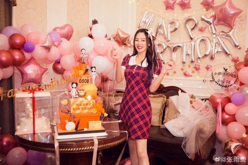 张雨绮生日收巨型玫瑰花束 穿短裙戴粉色发卡美丽又可爱