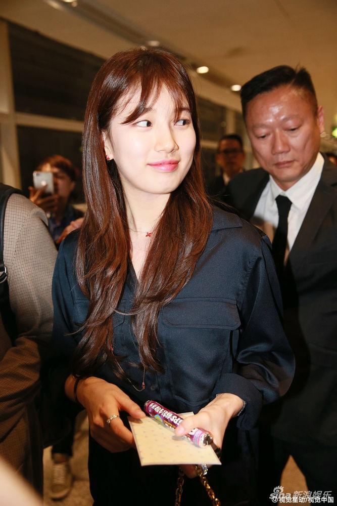 组图 裴秀智抵达香港黑装低调 向粉丝微笑挥手打招呼