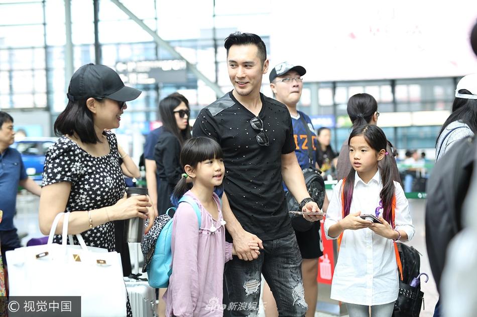 高清套图:一家亲!张伦硕钟丽缇与两女儿手牵手亮相其乐融融