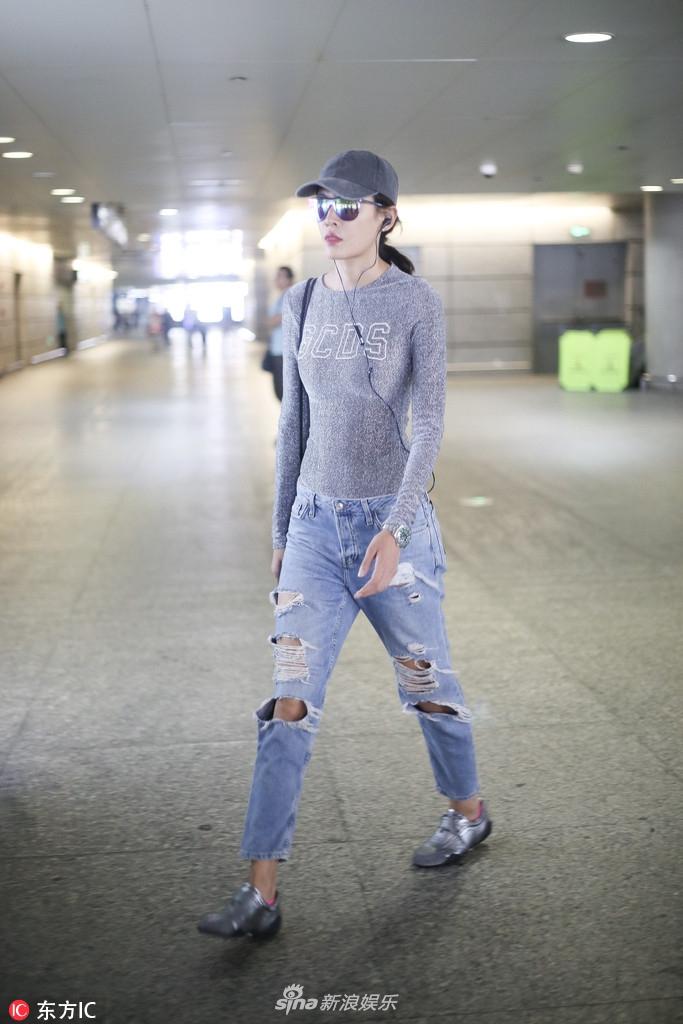 高清套图:张蓝心紧身衣配牛仔裤秀细腰长腿 大步走路霸气十足