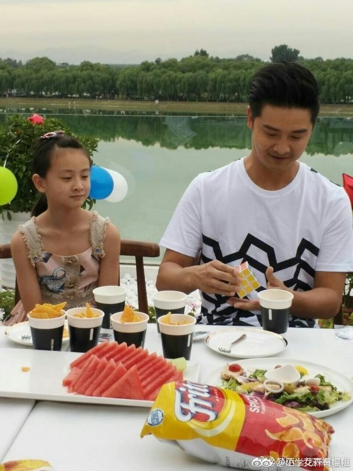 田亮粉丝团在北京提前1天为田亮举办了38岁庆生派对,田亮带着女儿森碟图片