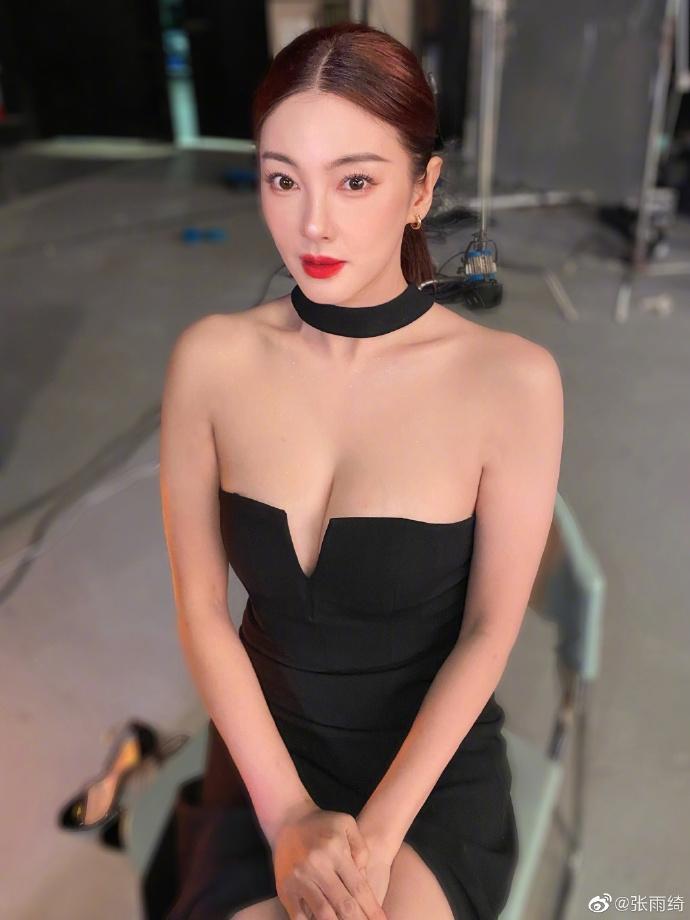 组图:张雨绮穿黑深V礼裙酥胸呼之欲出 指镜头托脸尽展性感女人味