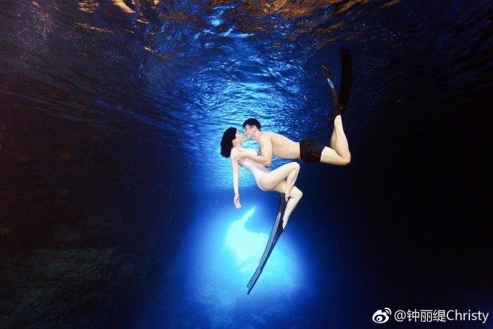 真人鱼夫妇!钟丽缇张伦硕蓝洞潜水拍写真甜蜜拥吻(图)