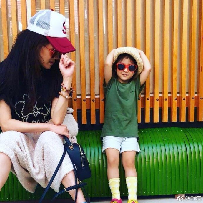 组图:舒淇与张震女儿合影 戴黑超耍酷凹造型十分可爱