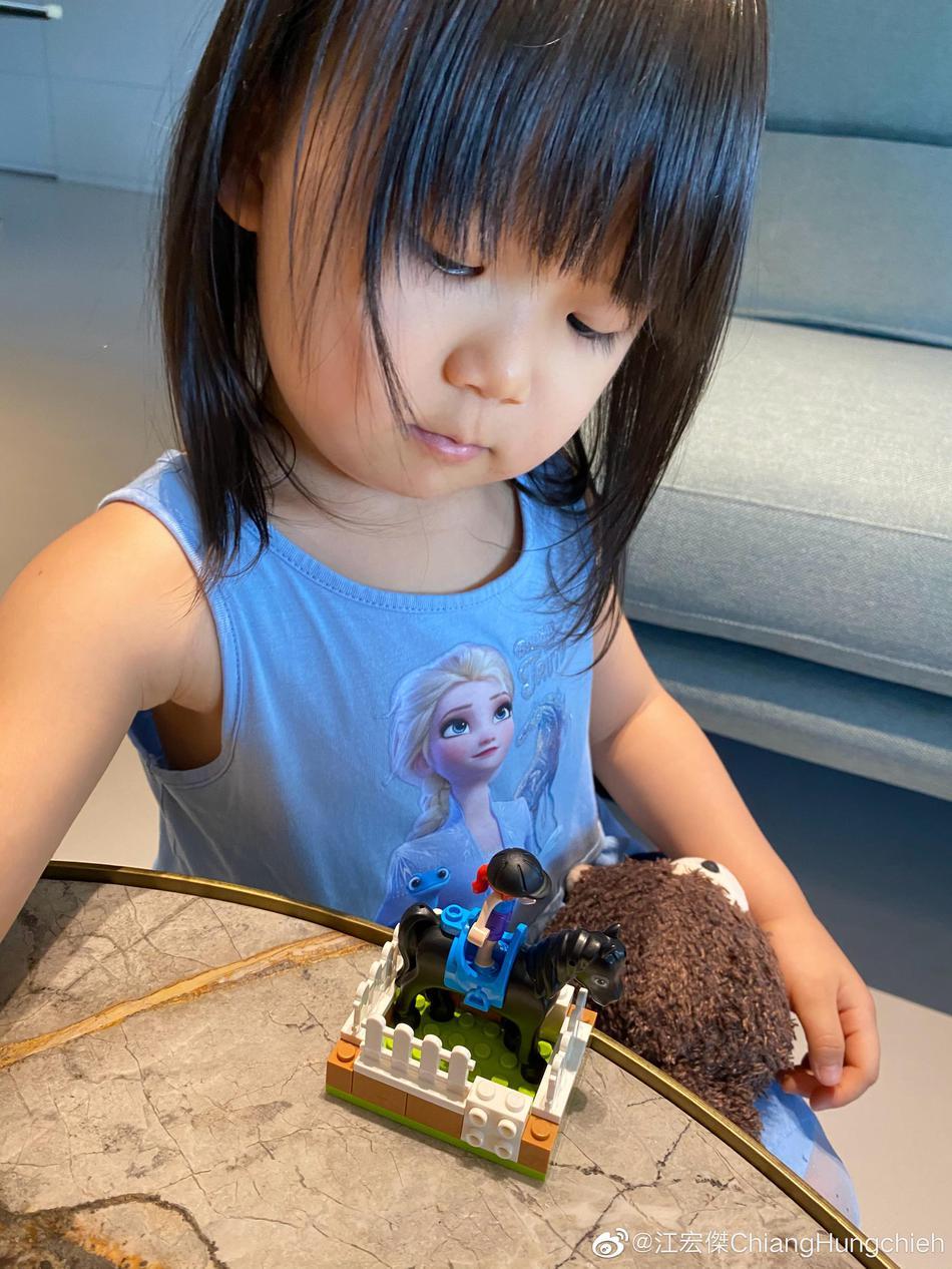 组图:江宏杰感慨女儿瞬间长大 小小爱近照像极了福原爱