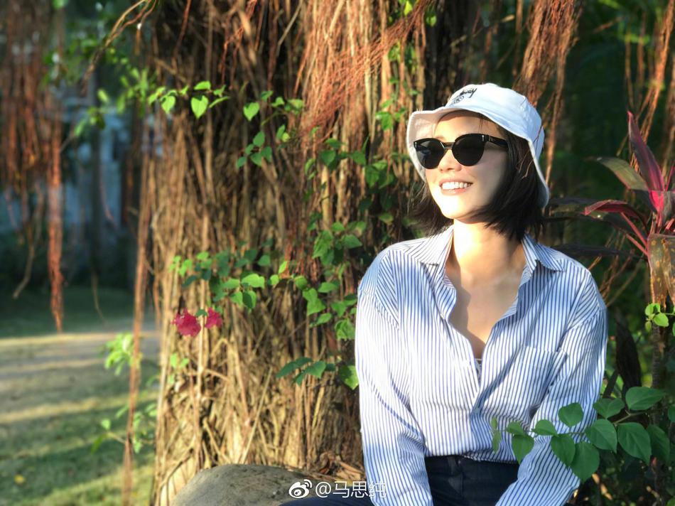 马思纯渔夫帽搭衬衫清新阳光 感叹妈妈的摄影技术好