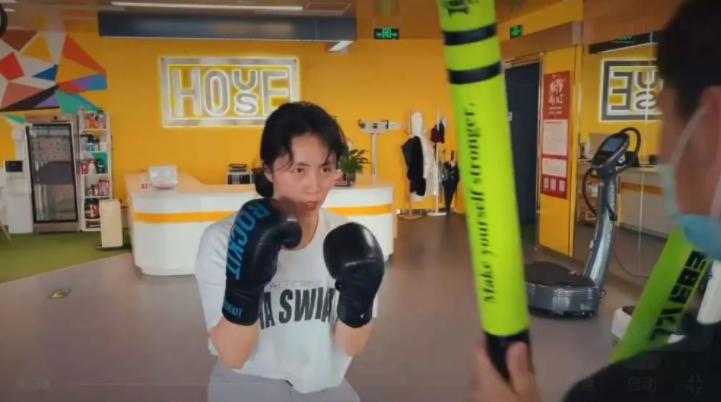 43岁孙莉素颜参加体能训练 拼命练习拳击活力爆表