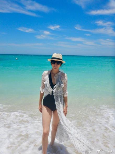 组图:刘嘉玲晒老公视角美照 海滩漫步清凉性感白皙美腿抢镜