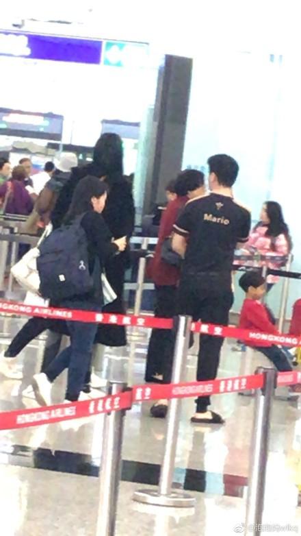 组图:网友香港机场偶遇何猷君奚梦瑶 两人同框吻别画风超甜