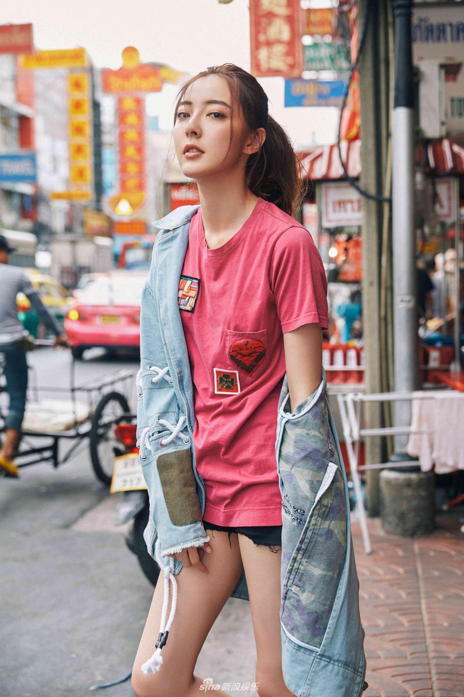 组图:米露街头玩转清新可爱风 下衣失踪大秀美腿_高清