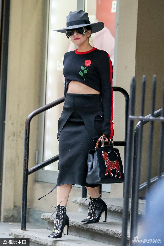 高清套图:女版蝙蝠侠?Lady Gaga短上衣秀丰腰遭赘肉抢镜