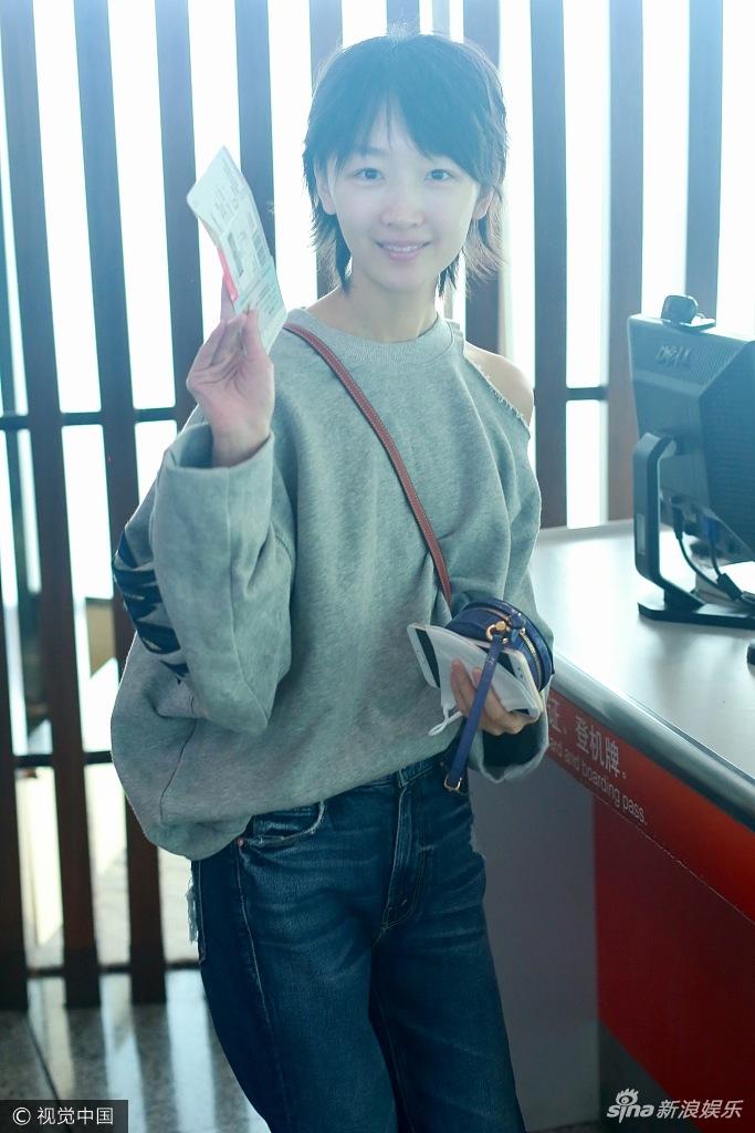 高清套图:小黄鸭的凝视!周冬雨素颜离京 冲镜头挥舞机票心情好