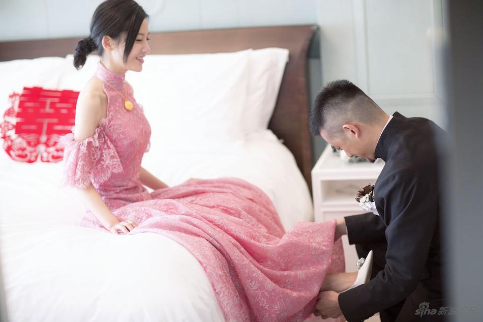 杨子姗出嫁吴中天低调迎亲 粉色中式礼服俏美十足 娱乐八卦 图5