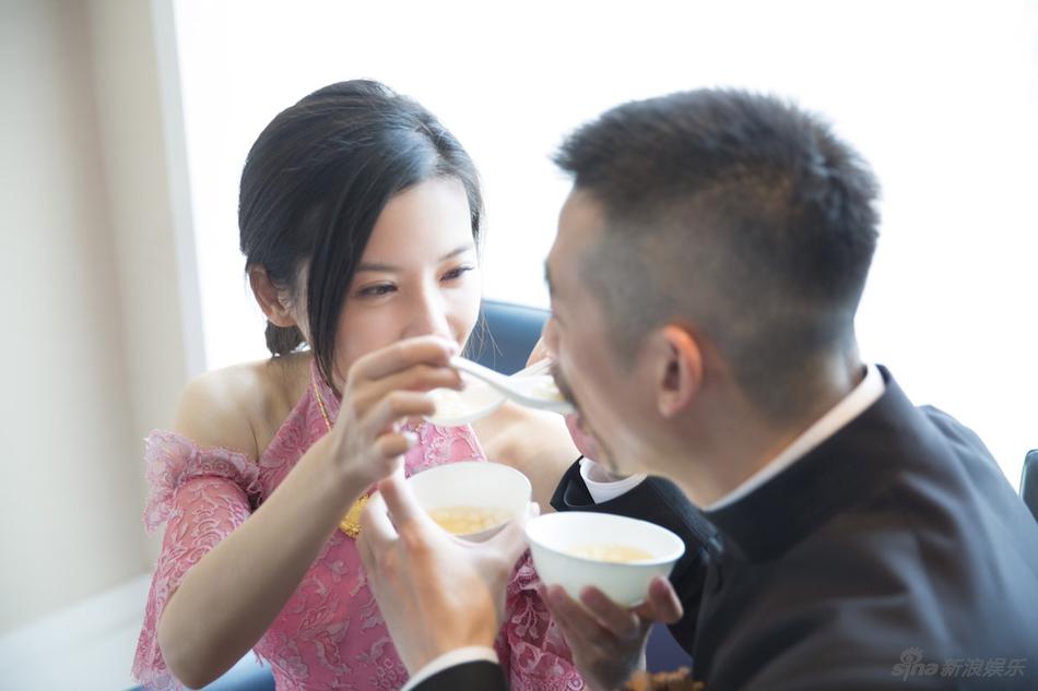 杨子姗出嫁吴中天低调迎亲 粉色中式礼服俏美十足 娱乐八卦 图3