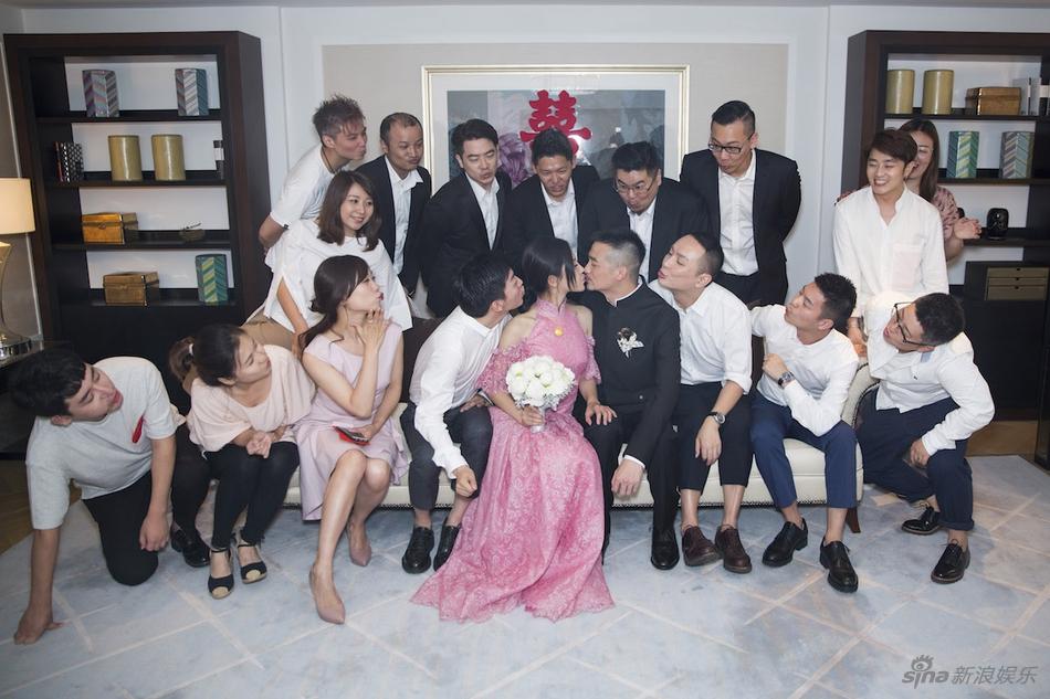 杨子姗出嫁吴中天低调迎亲 粉色中式礼服俏美十足 娱乐八卦 图1