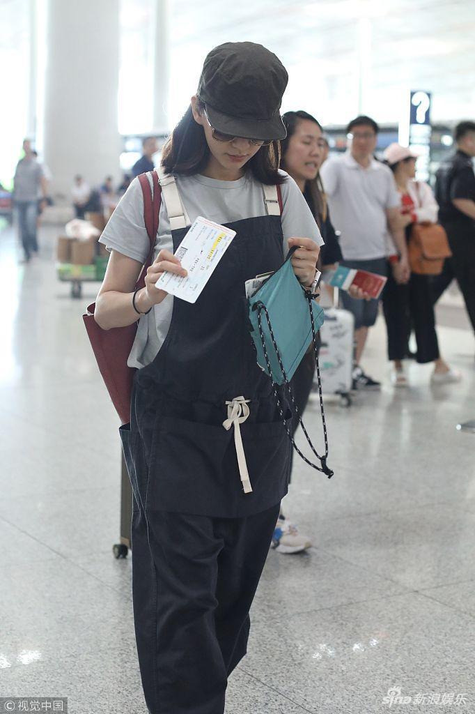 陈意涵承认怀孕前被拍拿包遮肚 宽松背带裤似袋鼠妈妈