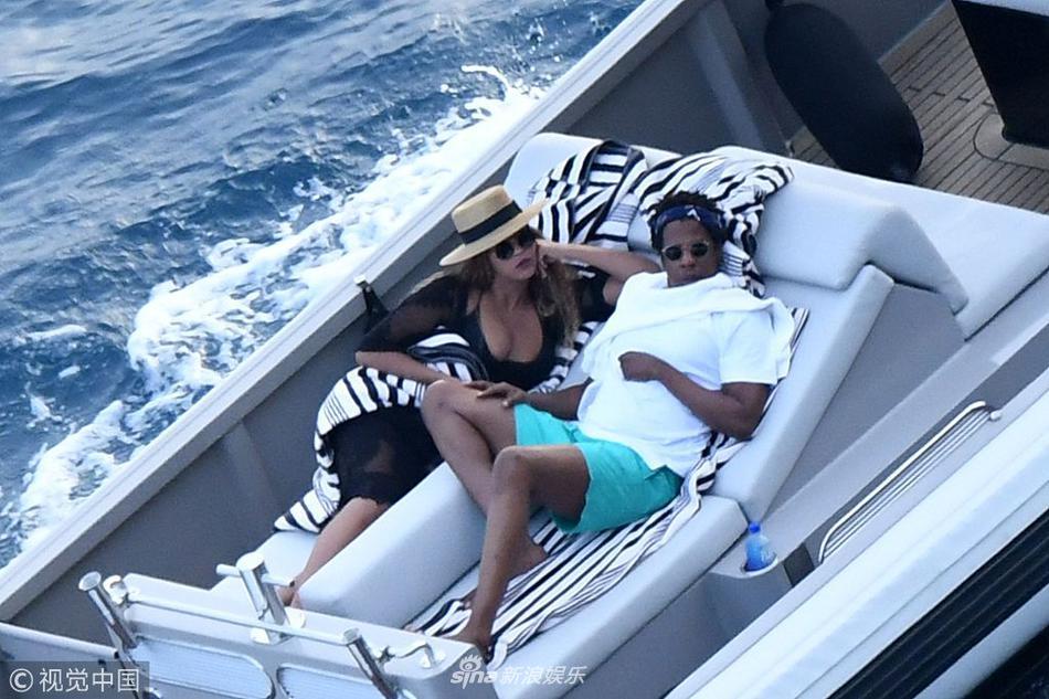 碧昂丝和老公游轮上晒日光浴 穿黑纱玩透视大秀性感