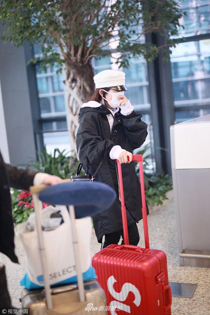 """场,长沙飞上海。她""""全副武装"""
