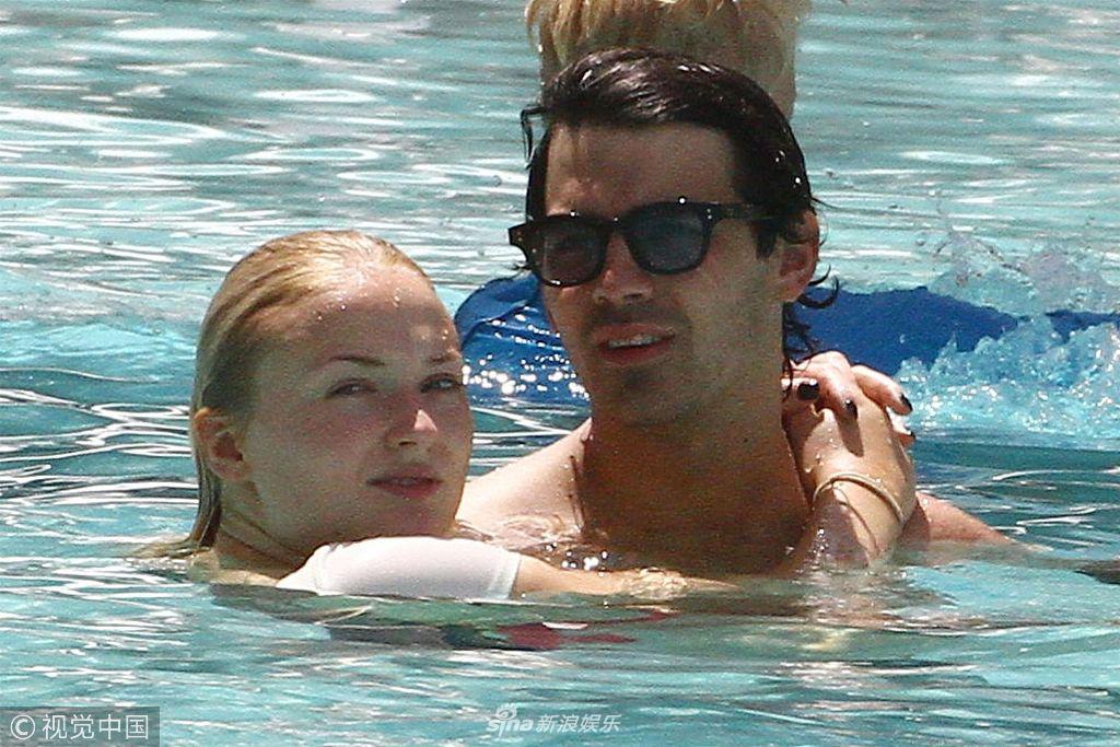 """旁若无人!""""二乔""""与""""三傻""""泳池戏水甜蜜热吻"""