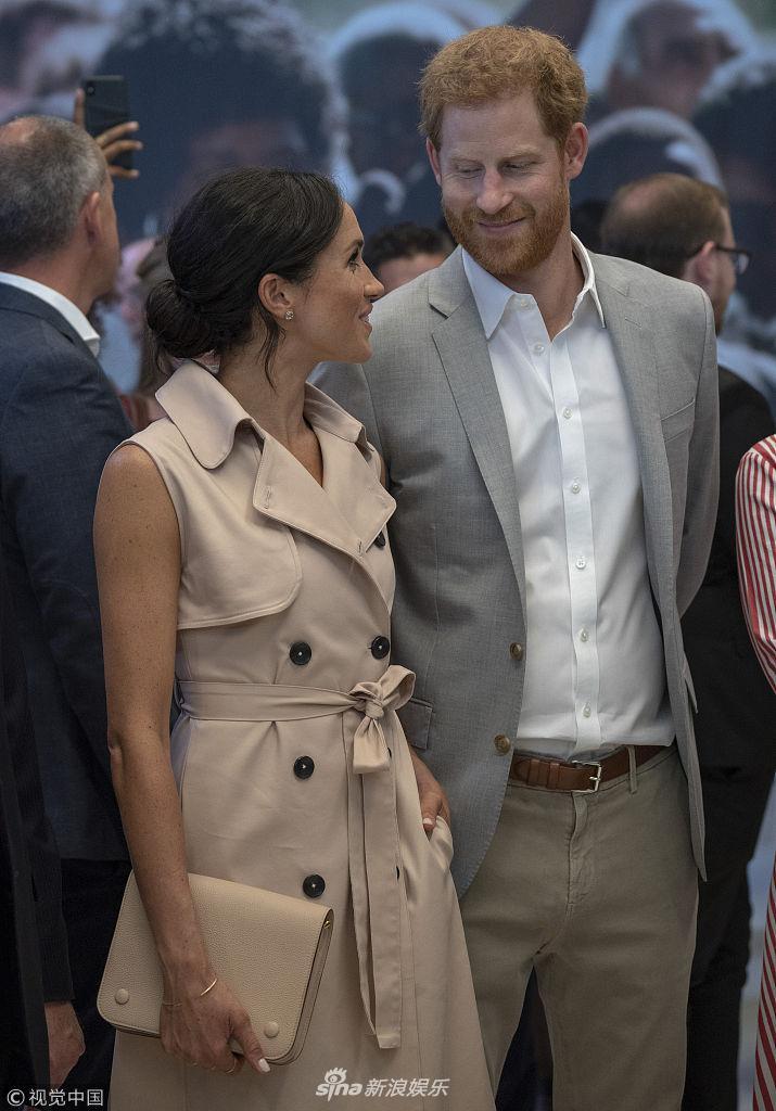 哈利王子与娇妻热聊 梅根对视丈夫甜笑撒娇