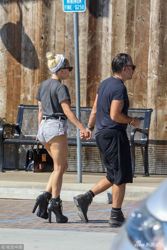 Lady Gaga和男友购物满载而归 二人牵牵小手撒狗粮