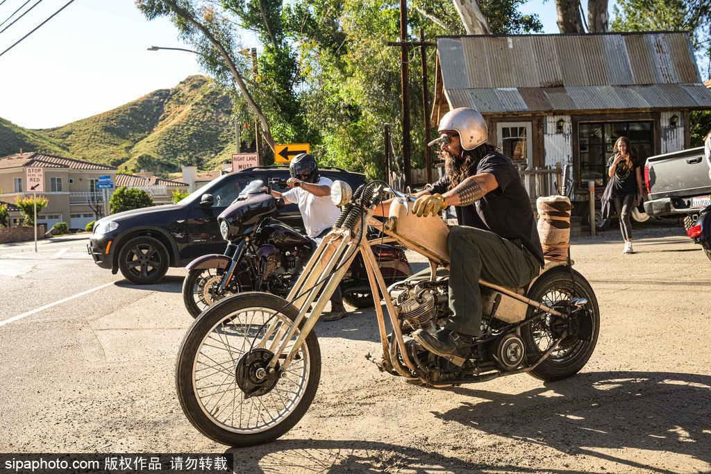 """组图:""""海王""""杰森·莫玛乡村街头骑摩托 作风霸气一展壮汉风采"""