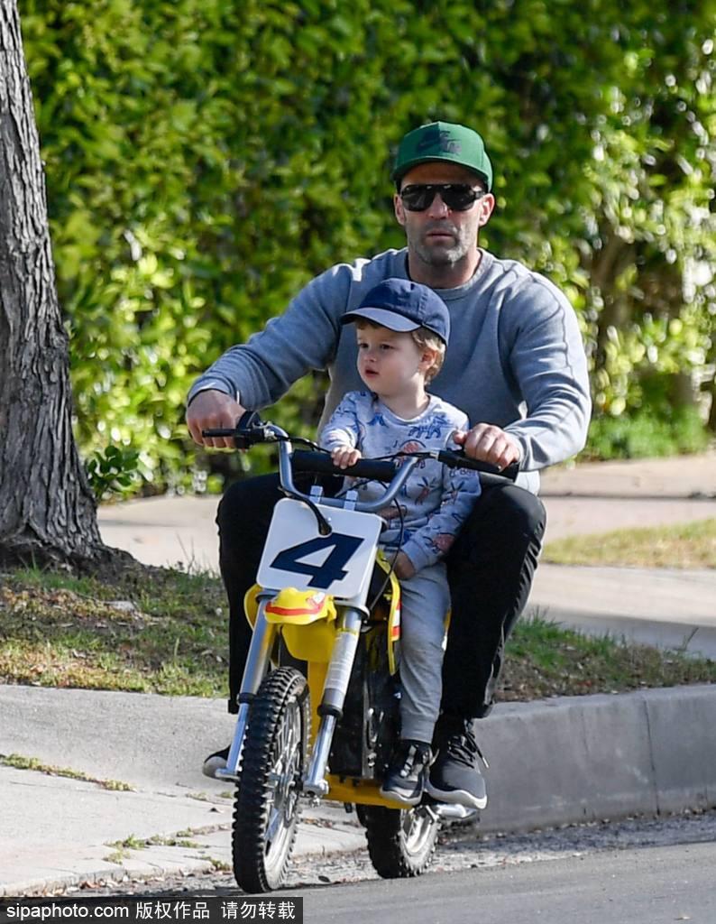 组图:一秒回归童年!杰森·斯坦森骑儿童摩托带儿子兜风画面可爱