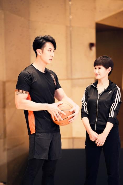 吴尊篮球运动器械样样通 臂肌性感有型身材魁梧