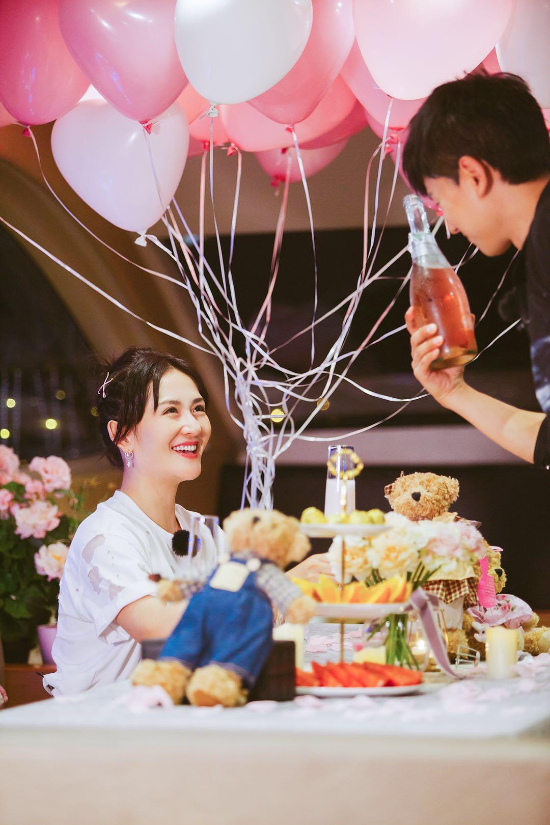 谢娜与张杰甩开宝宝浪漫聚餐 满眼爱意泪光闪闪