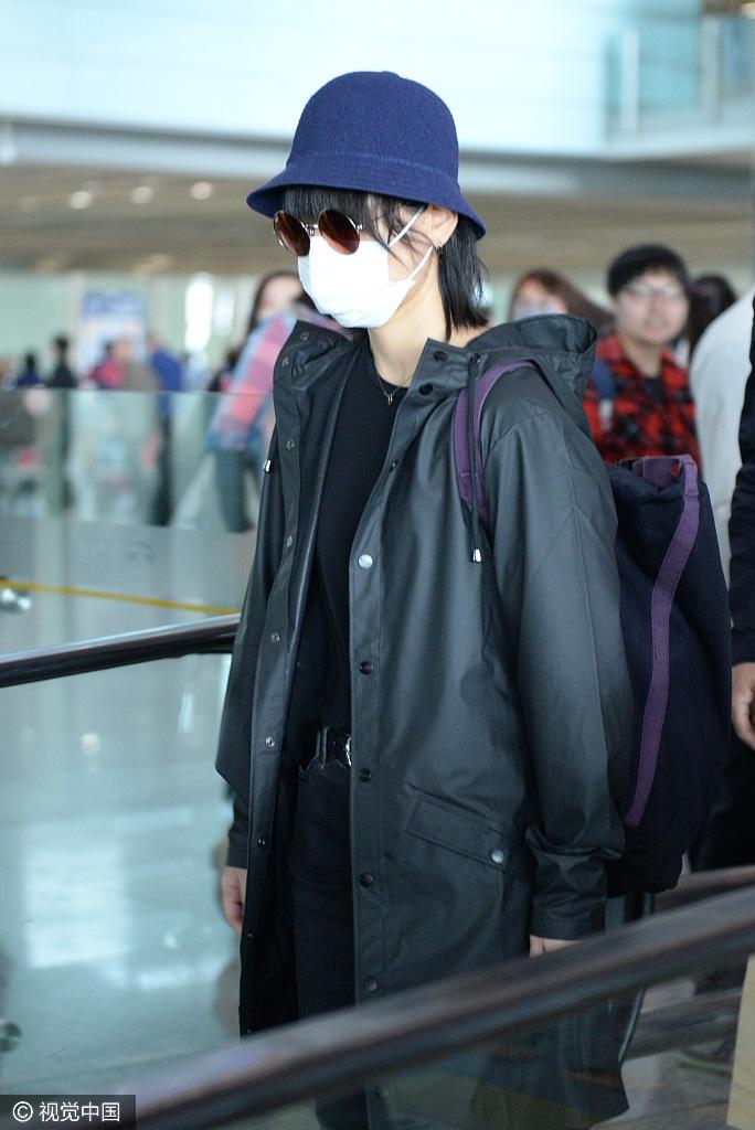 周笔畅全黑look酷酷的 口罩帽子墨镜全副武装