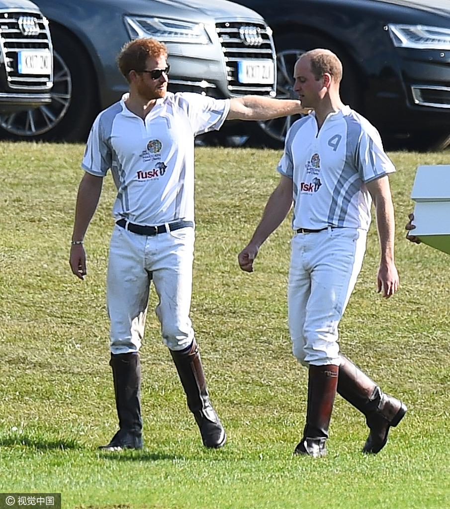 高清套图:哈里与威廉王子打马球 勾肩搭背兄弟情深