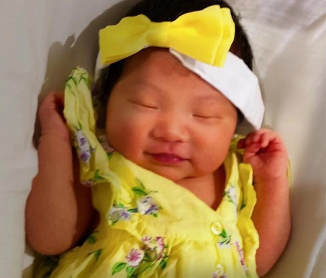 组图:张纪中小女儿正面照曝光 穿黄色印花裙睡姿甜美可爱