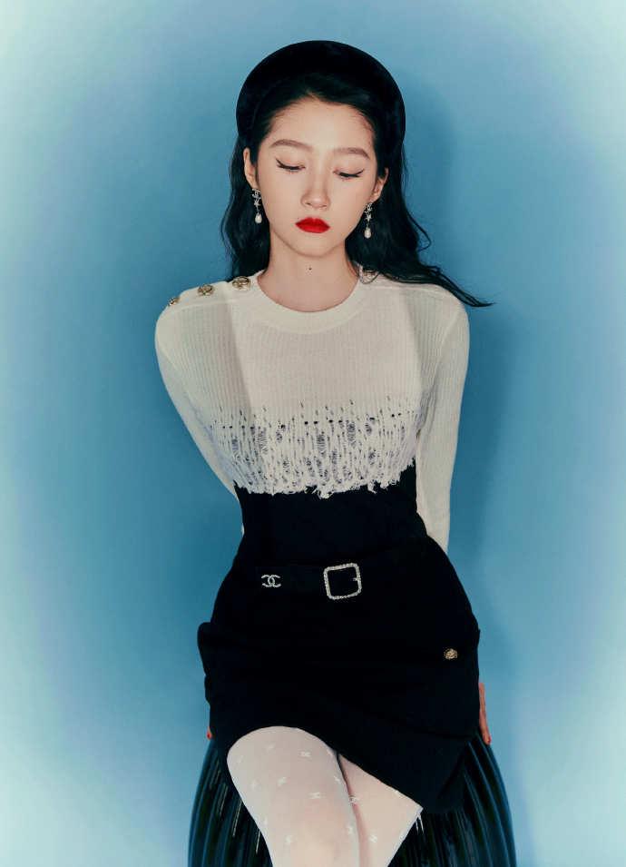 组图:关晓彤一身黑白裙红唇撩人 穿白丝袜长腿吸睛
