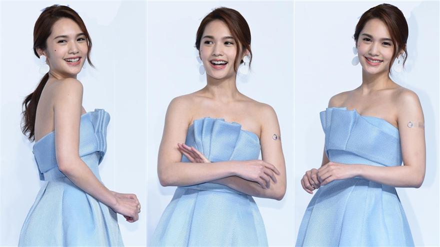 杨丞琳穿抹胸蓝裙秀美背仙气十足 自夸素颜也很美