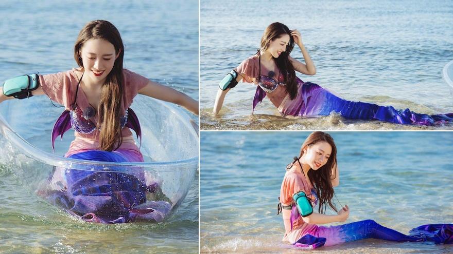 吉娜著美人魚泳裝凸顯好身材 海邊側臥玩耍笑容燦爛