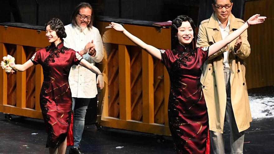 倪妮話劇公演謝幕雙手致謝粉絲 穿旗袍身材美艷超絕