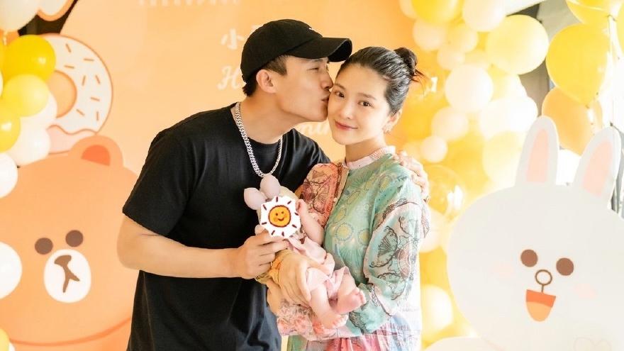 杜淳王灿为女儿办满月派对 晒一家三口合照画面有爱