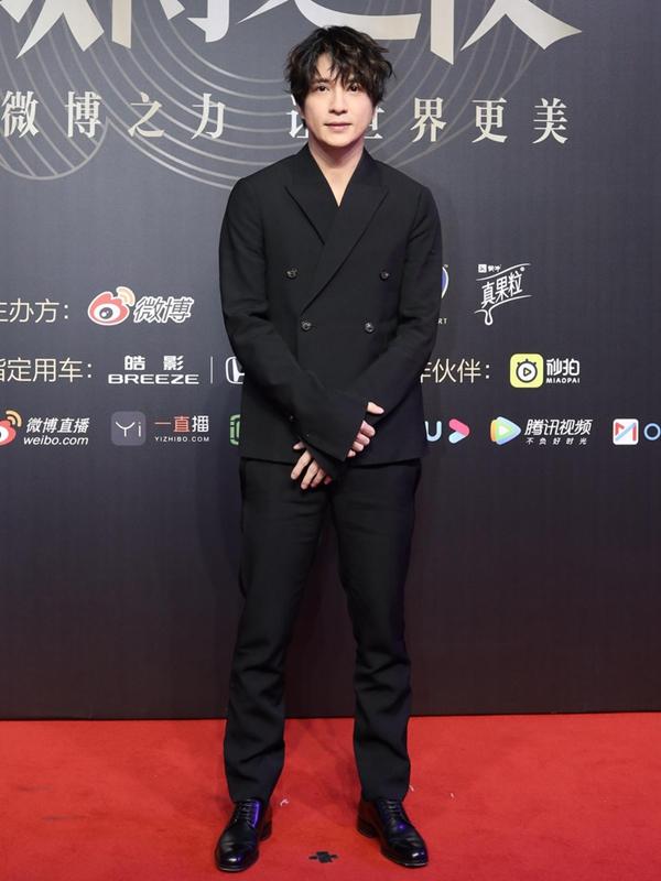 薛之謙黑色西裝扮酷