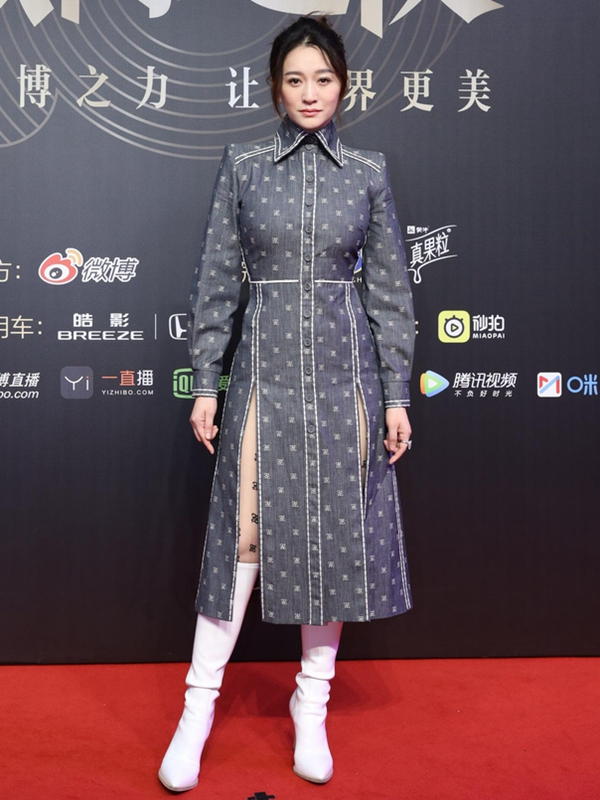 李小冉白色高靴配高叉裙