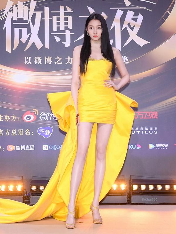 关晓彤穿黄色长裙秀美腿