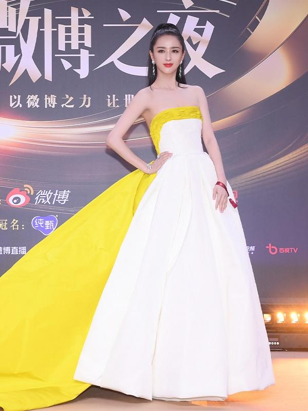 佟丽娅拼色长裙显大气