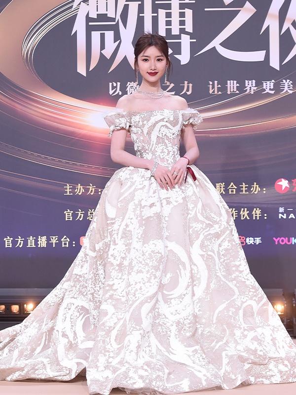 毛晓彤穿白裙典雅清新