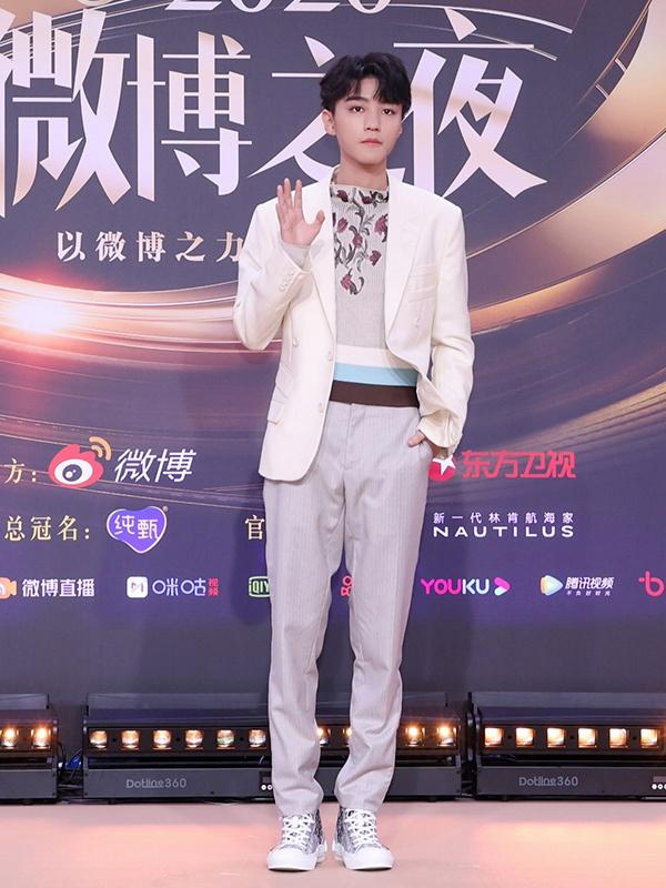 王俊凯穿浅色西装帅气