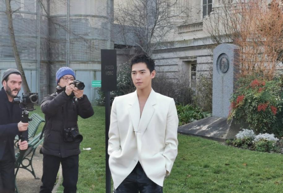 """组图:摄影师都看呆了!杨洋巴黎时装周白色真空西装在线""""鲨人"""""""