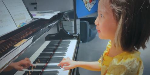孙莉分享小女儿边弹边唱 多妹挂耳染让人眼前一亮